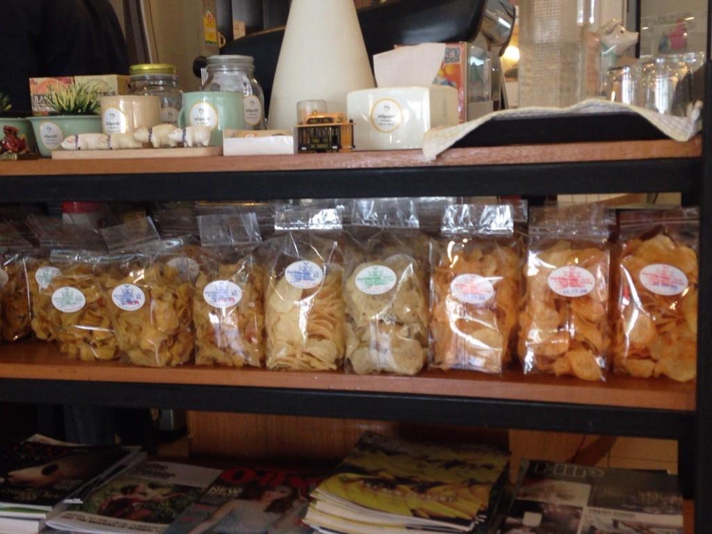 お店オリジナルのスナックが棚に並ぶ