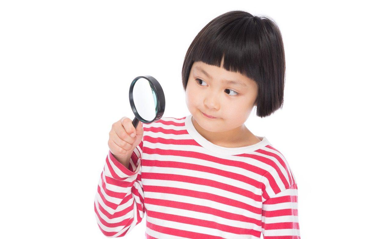少女と虫眼鏡