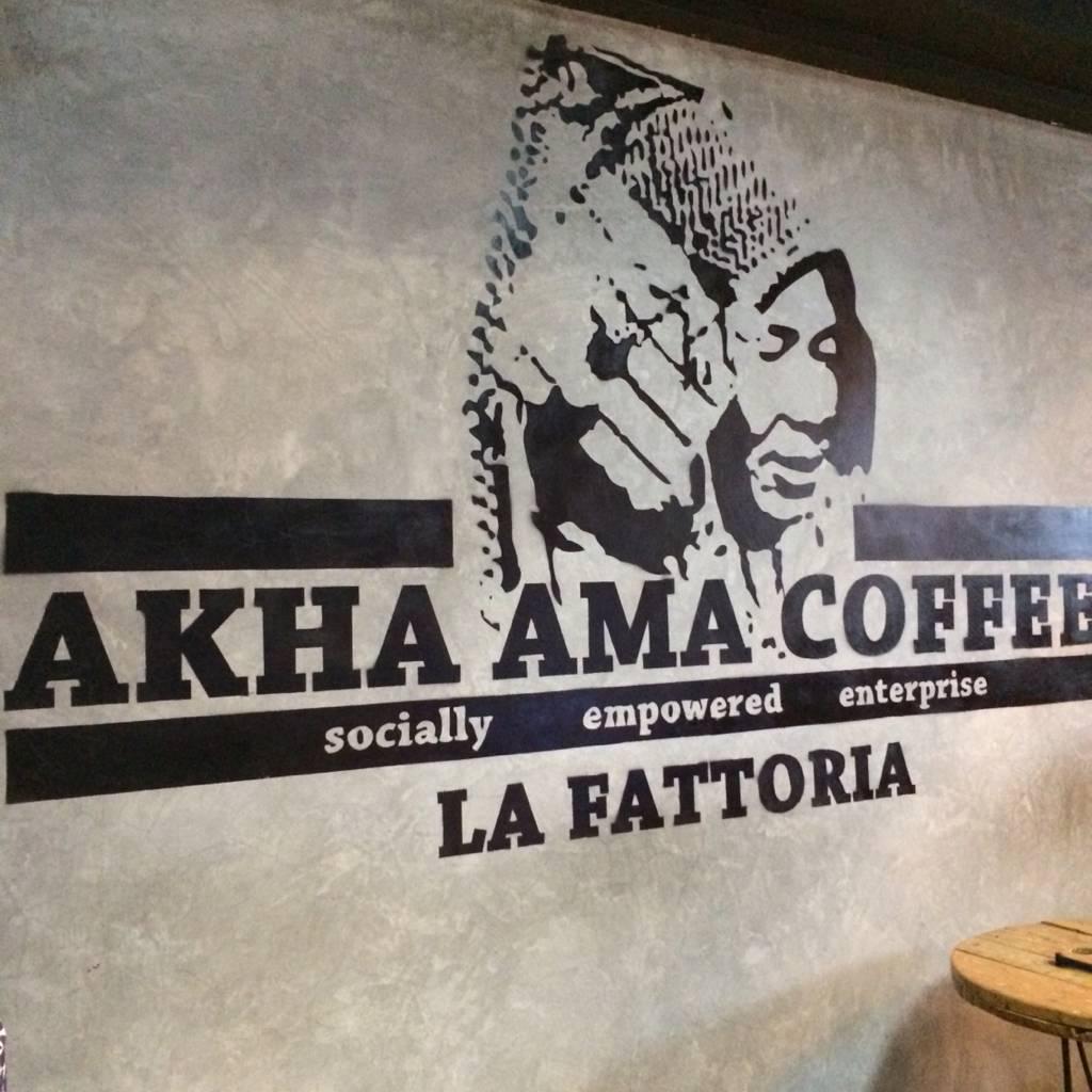 アカアマ山で豆を摂るお母さんの顔が描かれている