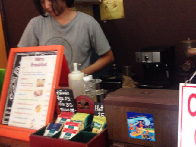 手際よくコーヒーを作ってくれる店員さん
