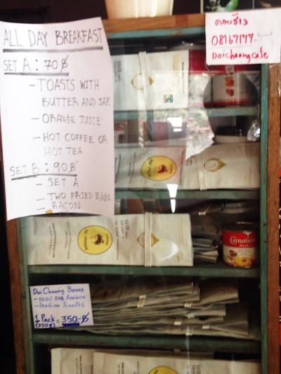 レジ横の棚。スナック類などが売られている。